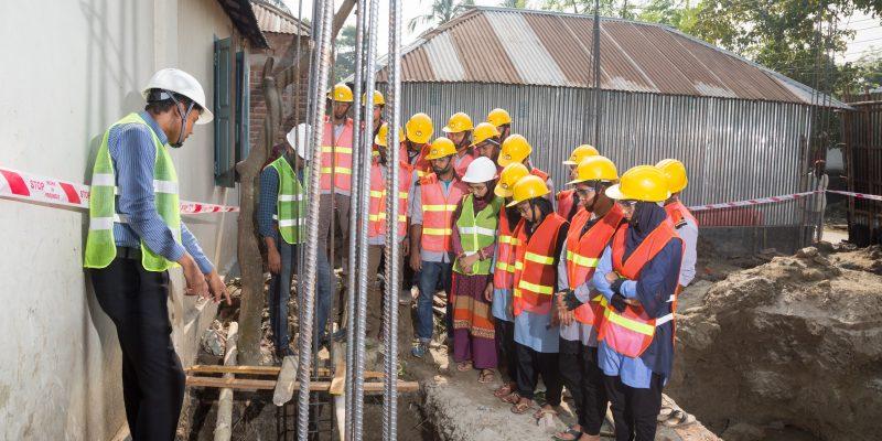 গুরুকুলের সিভিল প্রযুক্তি (ডিপ্লোমা ইন সিভিল ইঞ্জিনিয়ারিং) বিভাগের শিক্ষার্থীরা নির্মাণকার্য পরিদর্শন করছে