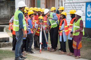 গুরুকুলের সিভিল প্রযুক্তি (ডিপ্লোমা ইন সিভিল ইঞ্জিনিয়ারিং) বিভাগের শিক্ষার্থীরা সার্ভে কাজ করছে
